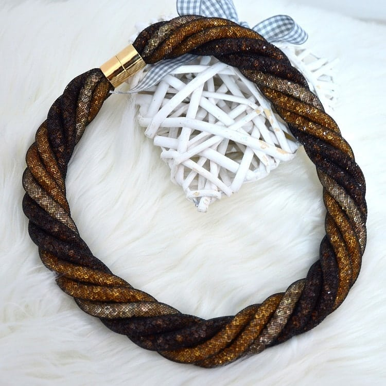 Colier elegant impletit in nunate de aramiu realizat dintr-un material usor. Are inchidere metalica de culoare aurie, fiind usor de purtat si asortat.
